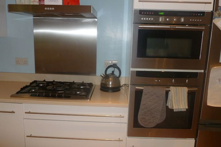 Oven + microwave/oven + 5 ring hob.