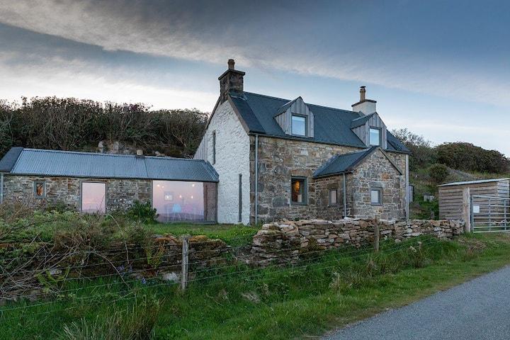 Stone Cottage Skye - Coastal house