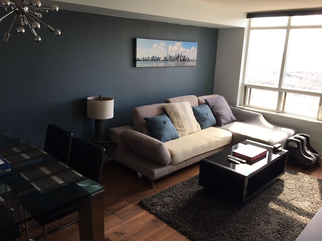 20-30 min from downtown w/2 parking spots - Toronto - Wohnung
