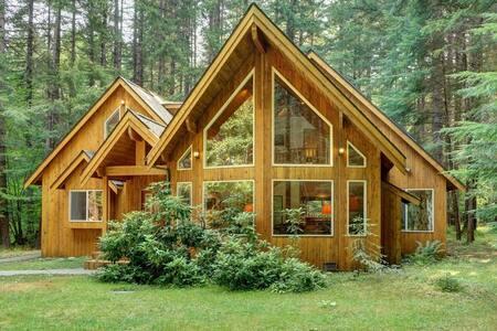 Large, forested family refuge - Crystal/Rainier