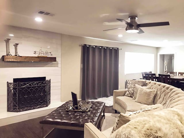 """""""Cozy Modern"""" Updated 5 bed/4 bath home in Dallas"""