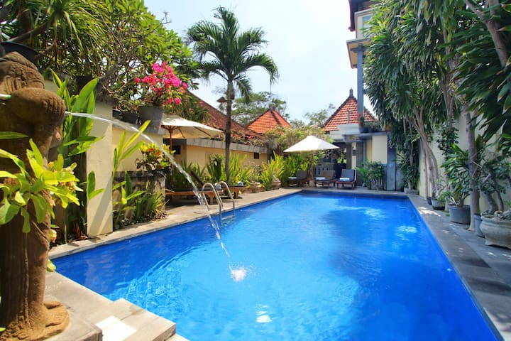 Balinese style room 5 mins to beach - ซานูร์ - บ้าน