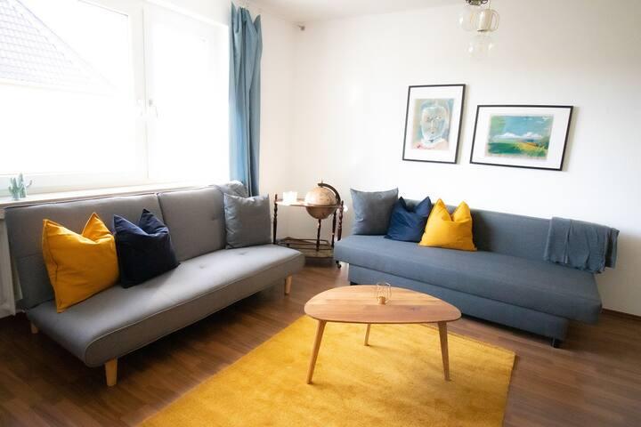 Moderne Wohnung mit Flipper und Balkon