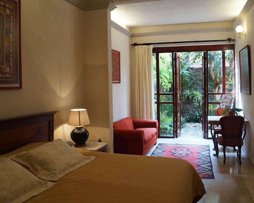 Suite Vainilla, con baño con acabados de azulejo de talavera y doble lavabo. Tiene un jardín privado. El jardín de los helechos. WiFi y TV.