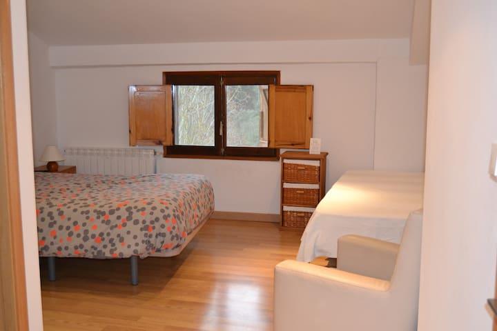 Habitación Triple con baño privado. Cama de matrimonio y una cama individual.