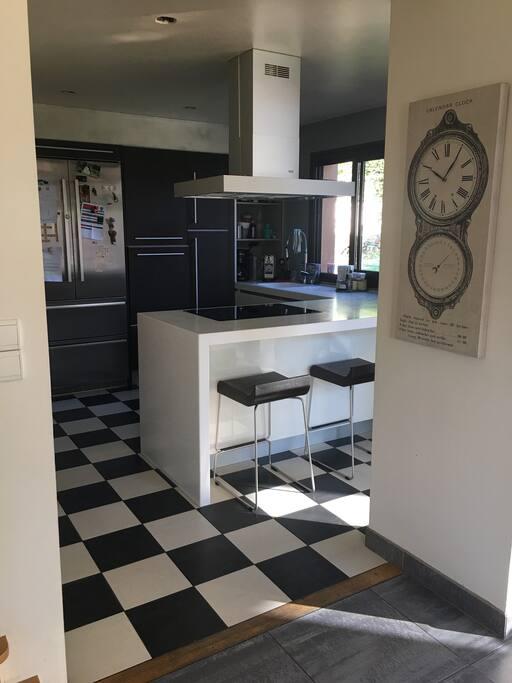 La cuisine totalement intégrée avec tous les équipements modernes.
