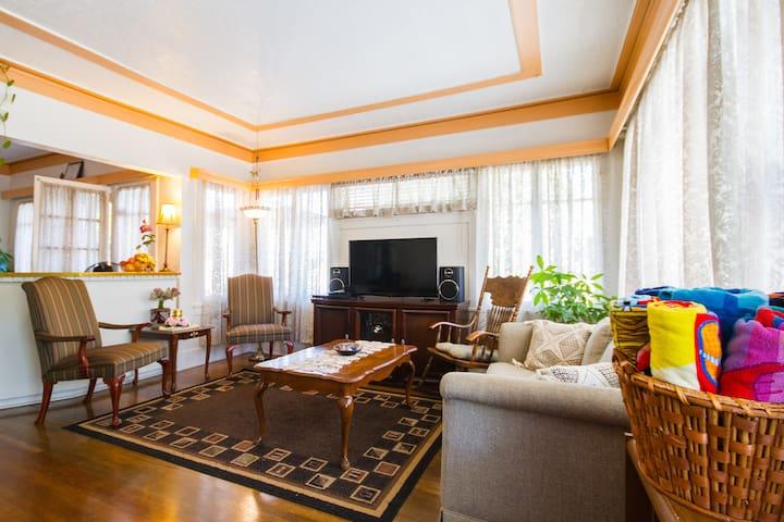 Quaint 100 year old house - Long Beach - Bed & Breakfast