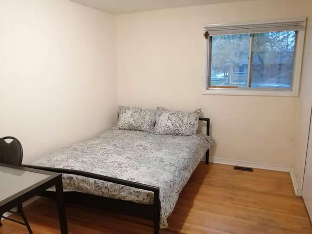 South Windsor big room near 401/border, Parking!