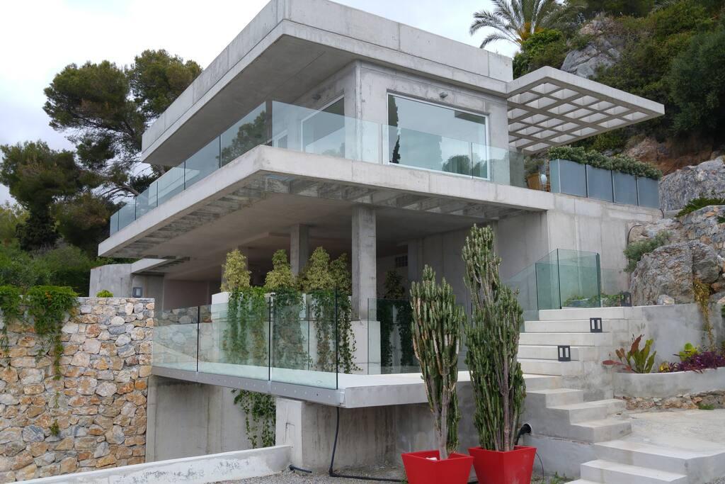 Casa minimalista con vistas al mar villas en alquiler en for Casa minimalista barcelona alquiler