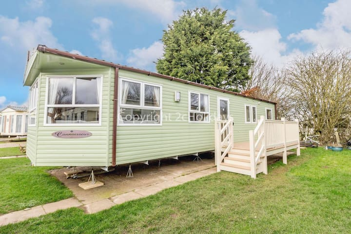 Luxury caravan for hire with decking on Skipsea Sands in Yorkshire ref 41015WF