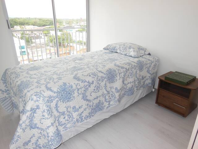 Dormitorio 2 (cama sencilla con cama nido y acceso al balcón)
