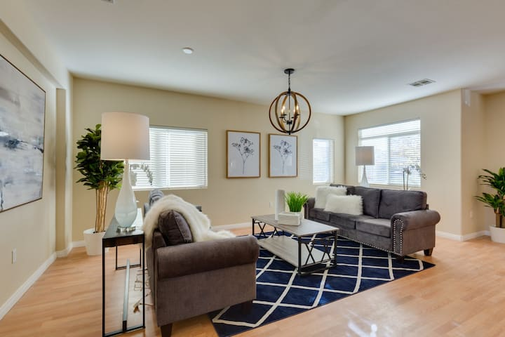 Newly Remodeled 5b/3b house near Strip and Airport