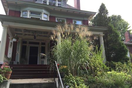 Pittsburgh sunny Regent Square apt - Pittsburgh - Apartment