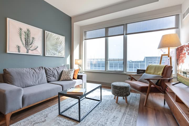 Lux 1 BR in Seaport with pool and Boston Harbor views  by Blueground