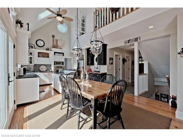 Whitecap: Bridgton Home with a Mt. Washington View