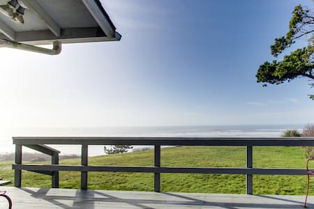 Oceanfront retreat close to several great Northern Coast attractions!