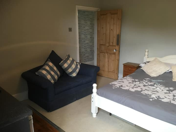 LARGE STUDIO ROOM 2 SELF CONTAINED  & SHARED BATH.