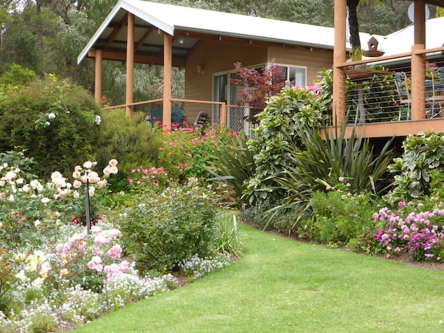 LAKESIDE GARDEN RETREAT - Pemberton - Chalet