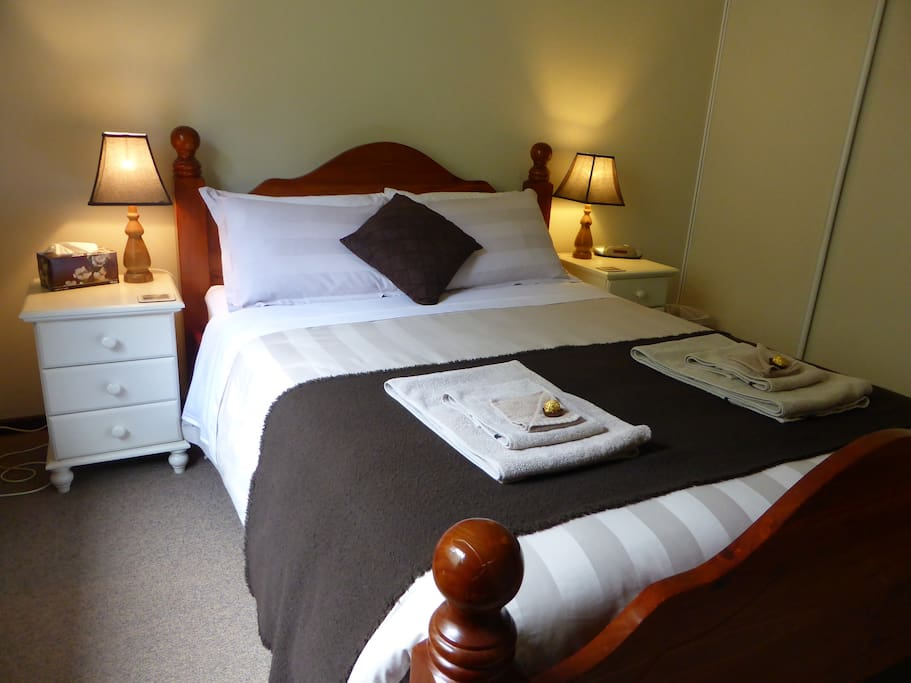2 queen size beds  in bedrooms with BIR, top quality bedding and towels.  All linen supplied. Electric blankets and oil heaters in all bedrooms, and fans for the warmer months.