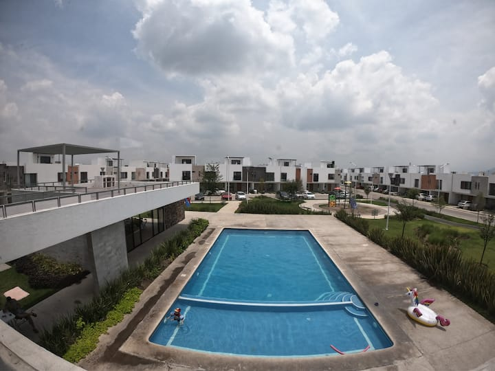 3 Floor House, 3 Rooms w/private WC, Pool & Gym