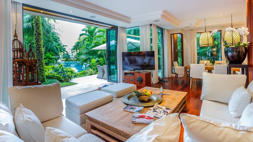 Living room with view on the pool