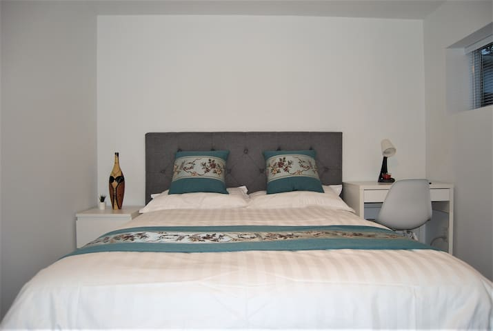 Cozy & private bedroom near skytrain (room2B)
