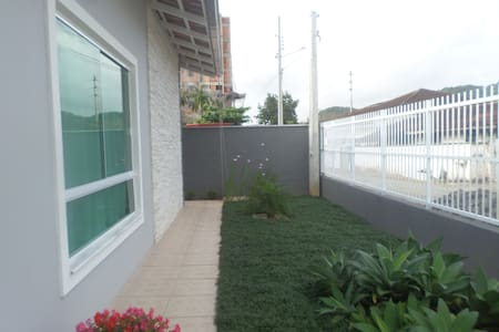 Casa bem localizada JOINVILLE/PISCINA