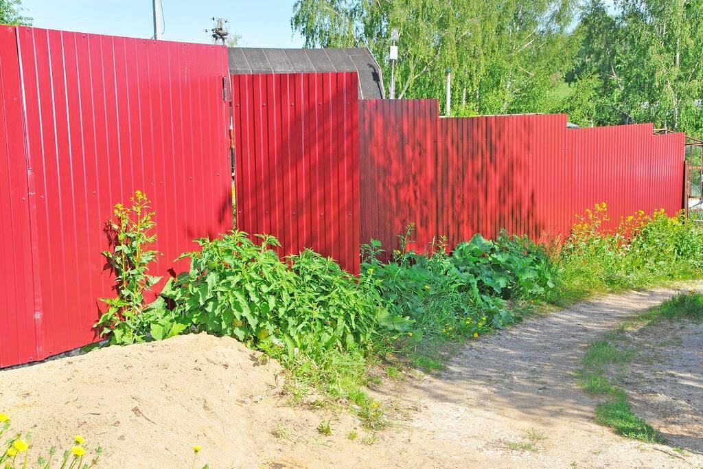 Высокий забор и удобные ворота сделают Ваш отдых безопасным.