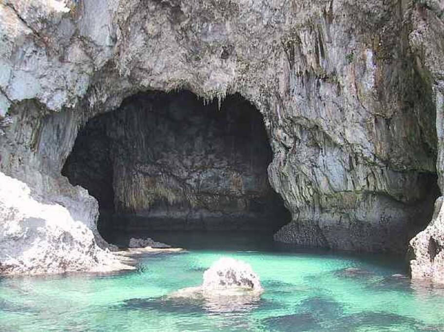 Una cueva en los acantilados: fotografía desde un kayak