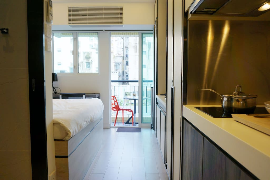 A stylish cozy studio with balcony appartements louer hong kong kowloon hong kong - Farbiges modernes appartement hong kong ...
