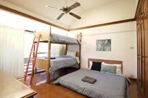 Terquoise (bedroom 03) - 4 people, desk, closet.