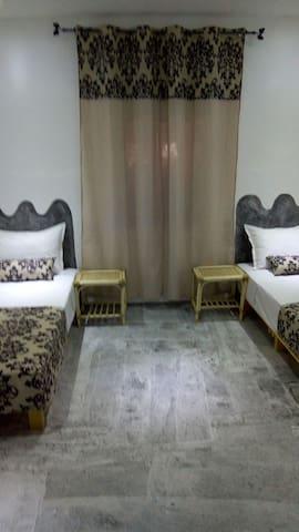 chmbre avec deux lits Gémeaux avec salla de bain