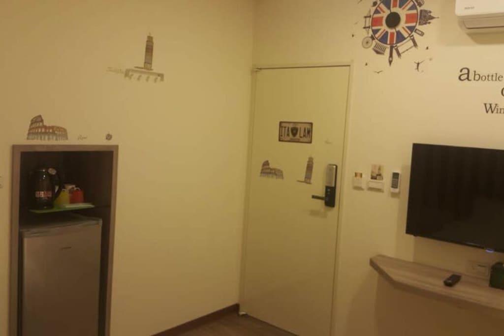小冰箱 ,電熱水壺。