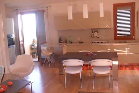 Appartamento con terrazzo a pochi 20km dal mare - Mondaino - Lejlighed