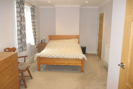 Lovely en suite double room close to the beach