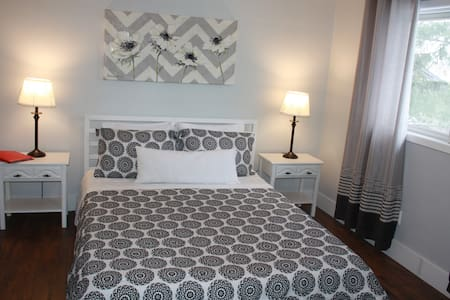 Charming room with queen size bed - black & white - Niagara Falls - Hus
