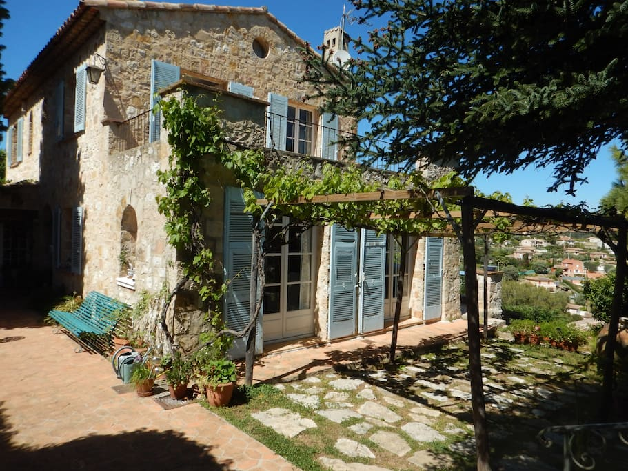Bastide st luc maisons louer vallauris provence for Location garage vallauris