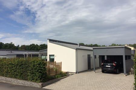 Modern villa med trädgård nära allt - Varberg - Ev