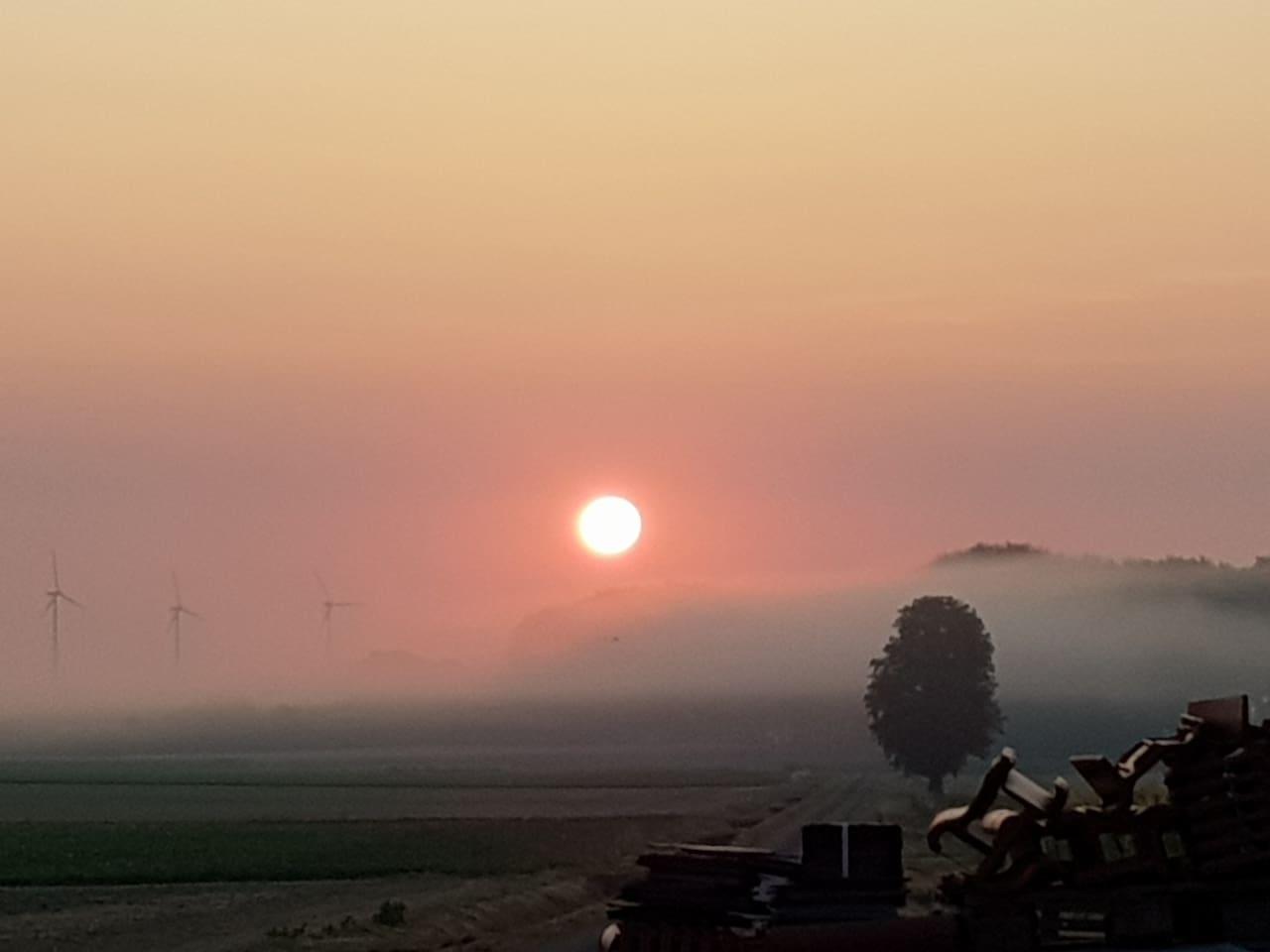 Der wunderschöne Sonnenuntergang vor unserem Haus