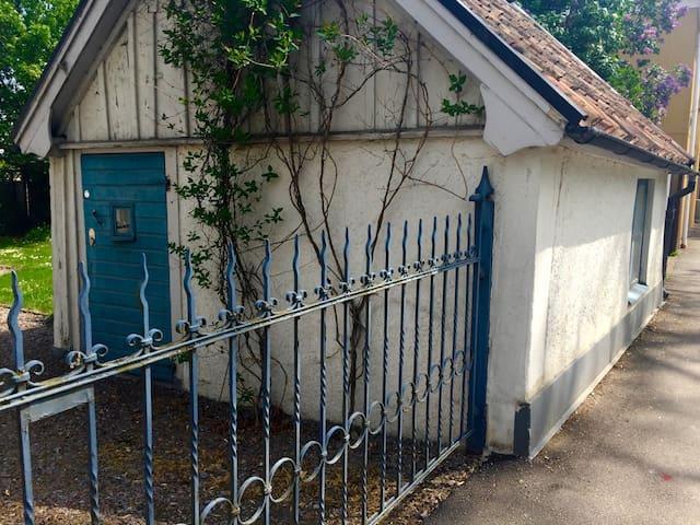 Bo i Vadstenas minsta hus! - Vadstena - Cabaña