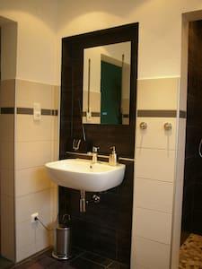 Gästezimmer mit guter Anbindung - Leverkusen - Talo