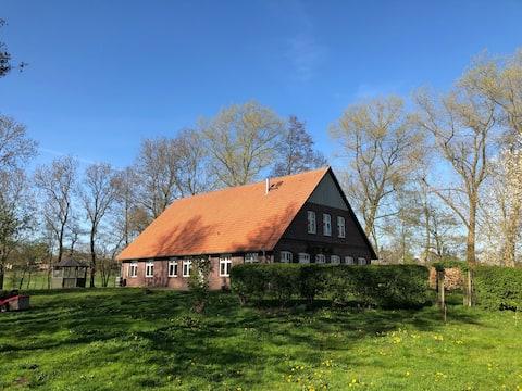 Idylický vidiecky dom s veľkou záhradou a miestnosťou na jógu