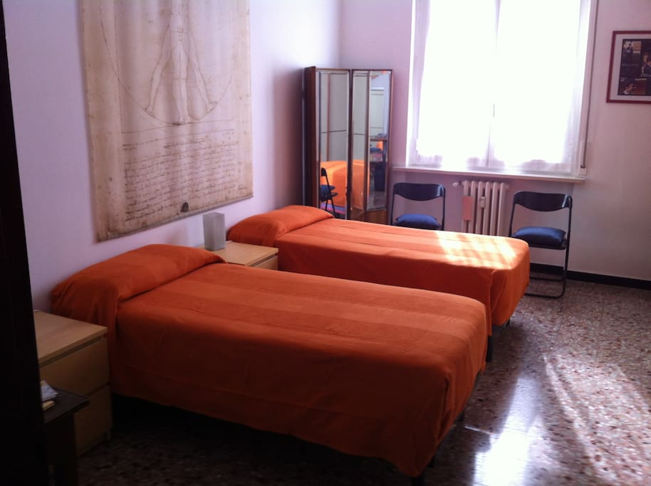 Camera accogliente, ampia e luminosa con due letti singoli