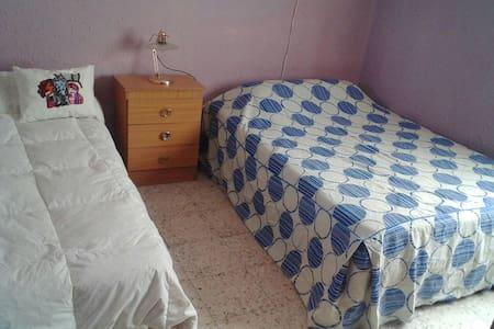 Dos camas una simple y otra doble - San Juan de Aznalfarache