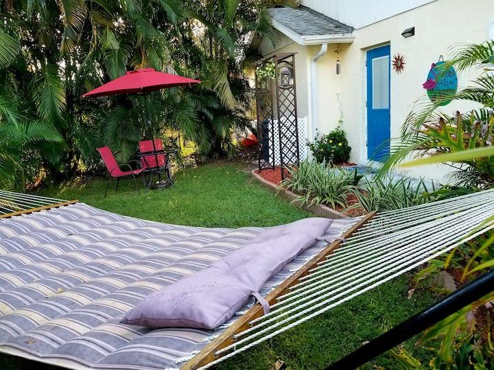 Clean Cozy Cottage. 1 BR  3 mi to Siesta Key Beach