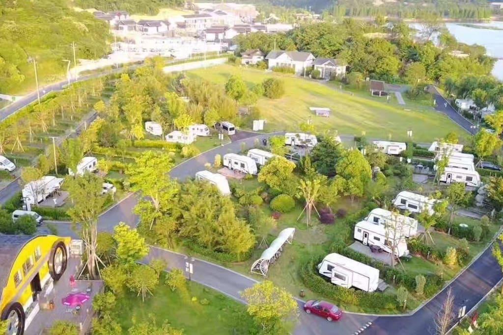 酒店航拍图,占地总面积80亩。房间是一个个独立的房车和木屋