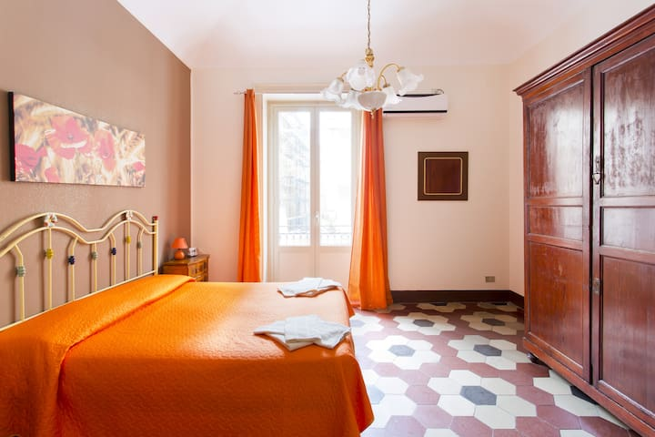 """RE DI SPADA"" HOUSE IN THE CITY CENTER FREE WIFI"