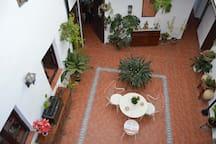 Vista del patio cordobés central desde el apartamento
