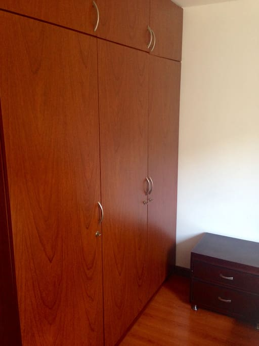 Amplio closet para desempacar sus artículos de viaje y siéntete como en casa