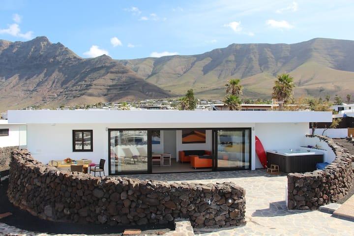 Luxury beach Villa Daida with hot whirlpool Famara